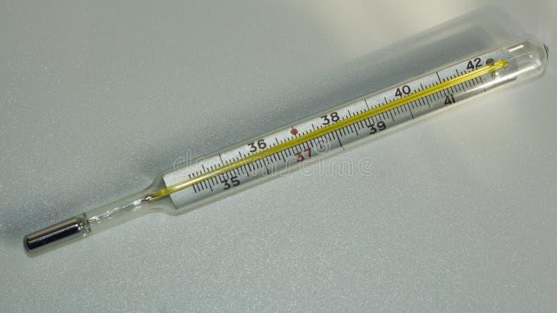 Medizinischer Thermometer, zum von Körpertemperatur im Krankenhaus zu messen Thermometer auf weißem Hintergrund stockfotos