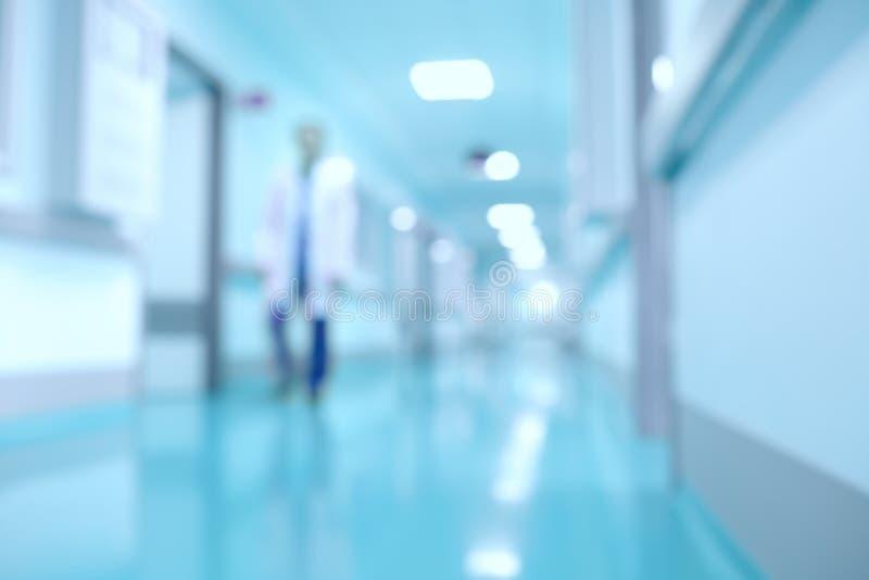 Medizinischer und des Krankenhauskorridors defocused Hintergrund mit modernem L stockfotografie