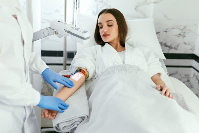 Medizinisches Ccenter Doktor Scanning Woman Hand mit Ader-Sucher lizenzfreie stockfotos