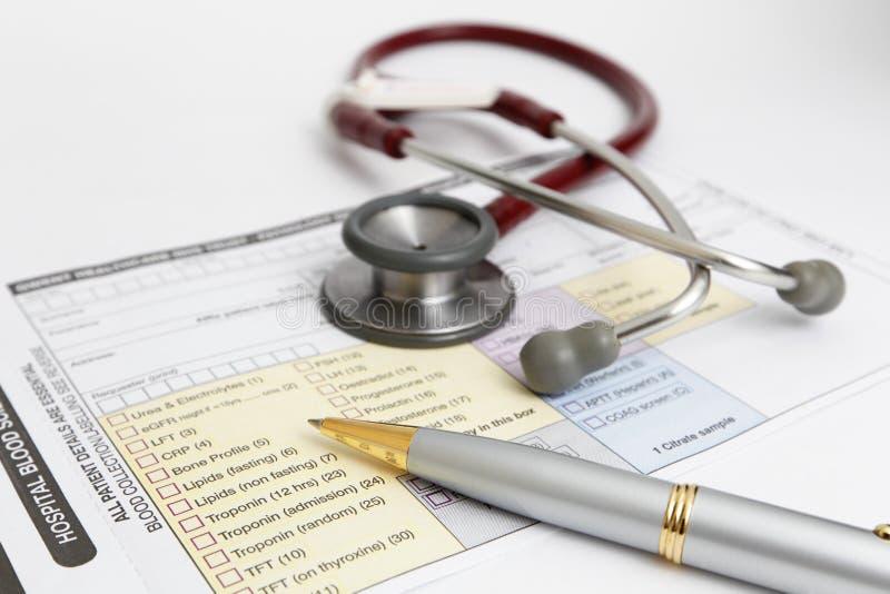 Medizinisches Formular u. Stethoskop lizenzfreies stockbild