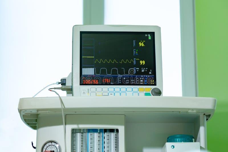 Medizinisches Lebenszeichenmonitorinstrument in einem Krankenhaus Dieses Gesundheitswesengerät zeigt an und überwacht Herzfrequen lizenzfreie stockfotos