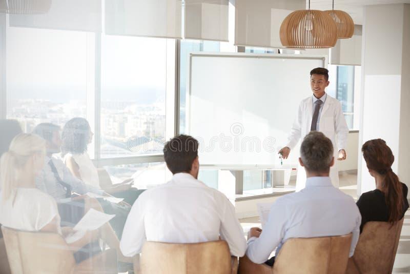 Medizinisches Personal Doktor-Making Presentation To im Krankenhaus lizenzfreie stockfotografie