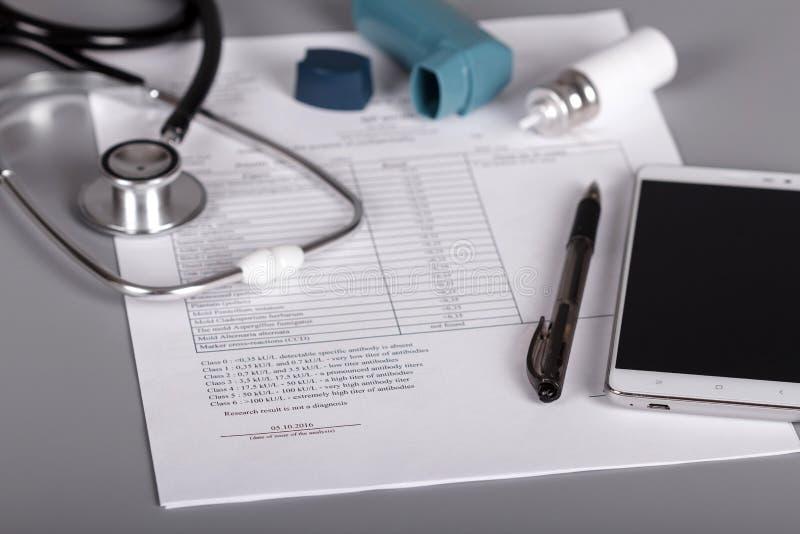 Medizinisches phonendoscope, ein Inhalator und Blatt von Doktorverabredungen lizenzfreie stockfotografie