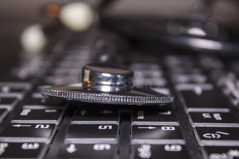 Medizinisches Stethoskop auf Computertastatur lizenzfreie stockbilder