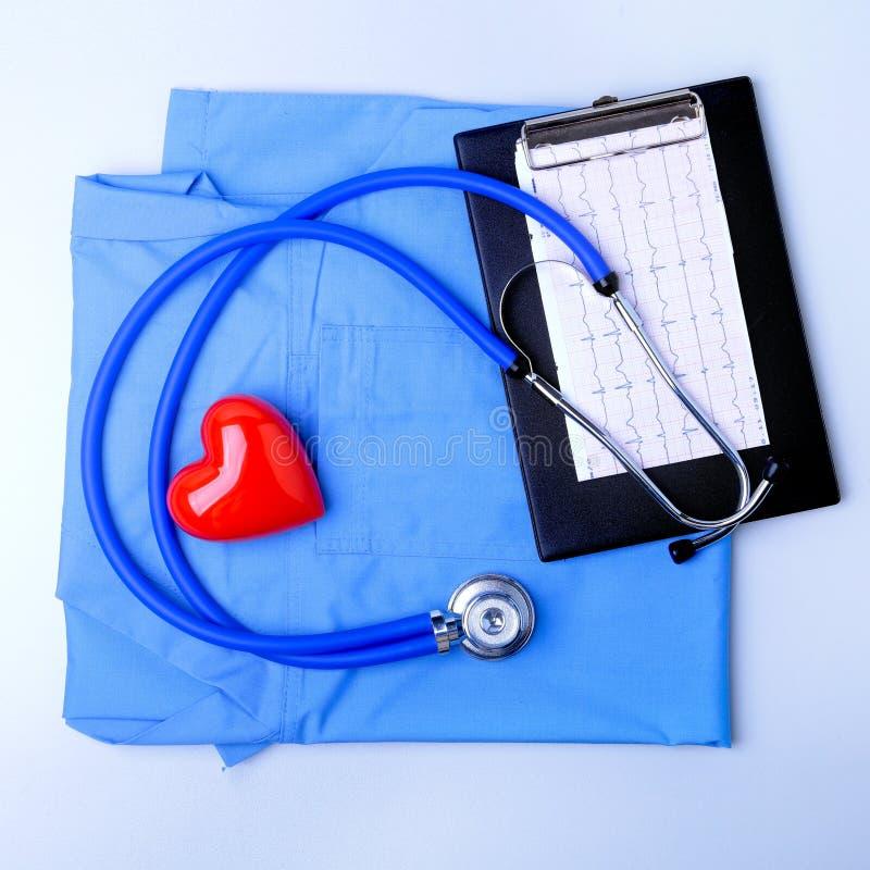 Medizinisches Stethoskop, geduldige Krankengeschichteliste, RX-Verordnung, rotes Herz und blaue Doktoruniformnahaufnahme medizini lizenzfreie stockfotos