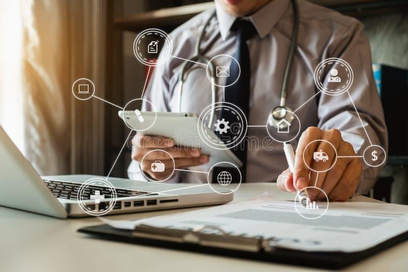Medizinisches Technologiekonzept Doktorfunktion stockfotos