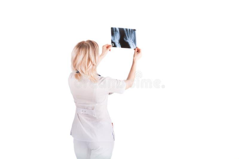 Medizinisches Themafoto wird auf weißem Hintergrund lokalisiert Blondine mit dem kurzen Haar in einem Krankenschwester ` s Weiß k lizenzfreies stockfoto