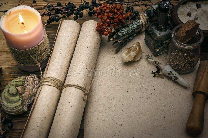 Medizinmann shaman witchcraft Magische Tabelle Ginkgo biloba Badfelder auf dem Bambustellersegment stockfotografie