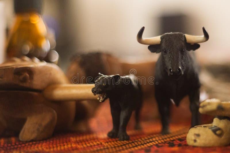 Medizinmannmeditationsritualtotemtotemic Tierwerkzeugstatuen stockbild