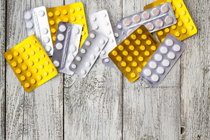 Medizinpillen in den Sätzen Pillen in der Blisterpackung, in den Kapseln und in der Pille verpackten in den Blasen auf weißem höl stockfotos