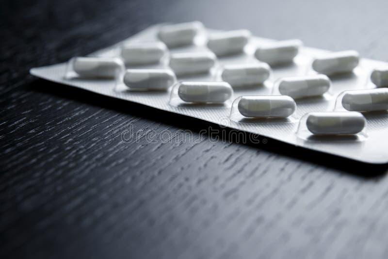 Medizinpillen in den Satzpillen in den Blisterpackungskapseln und -pille stockbilder