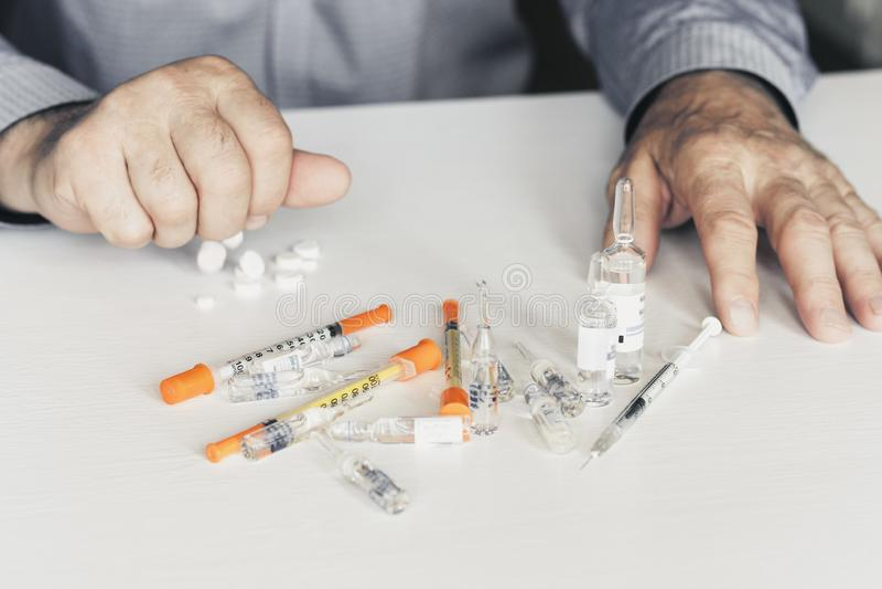 Medizinpillen oder -kapseln mit man's Händen auf weißem Hintergrund mit Kopienraum lizenzfreies stockfoto