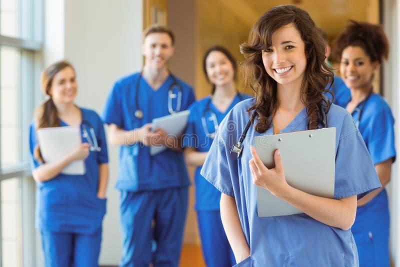 Medizinstudenten, die an der Kamera lächeln stockfotos