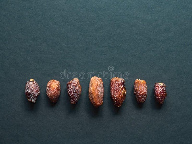 Medjool al-madina dat owoc rozkładają na zmroku stole obrazy stock
