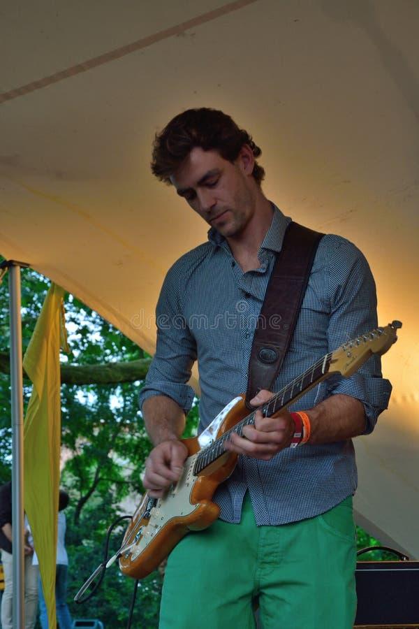 Medlem av den Appamada musikbandet, gitarr-spelare i konsert arkivfoto