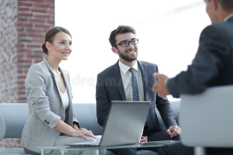 Medlemmar av affären team samtal till en klient royaltyfria bilder