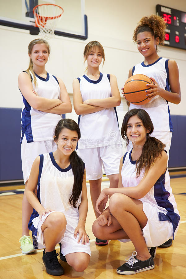 Medlemmar av den kvinnliga högstadiumbasketlagen royaltyfria bilder