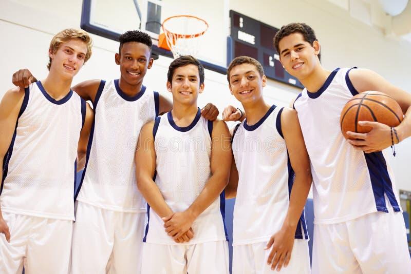 Medlemmar av den manliga högstadiumbasketlagen royaltyfri fotografi