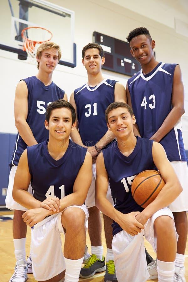 Medlemmar av den manliga högstadiumbasketlagen arkivfoton