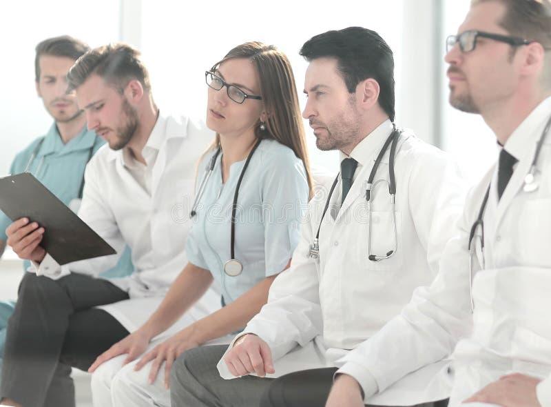 Medlemmar av den medicinska personalen, i möte tillsammans royaltyfri fotografi