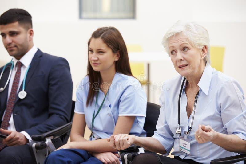 Medlemmar av den medicinska personalen, i möte tillsammans royaltyfria bilder