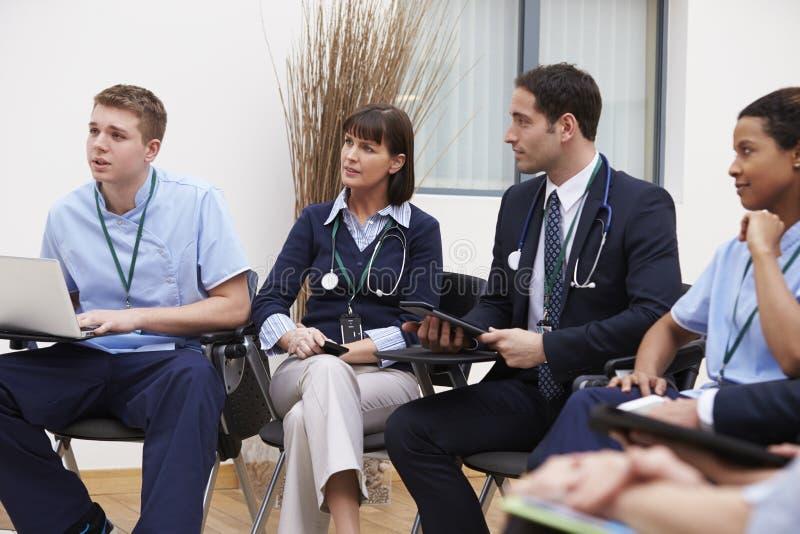 Medlemmar av den medicinska personalen, i möte tillsammans arkivbilder