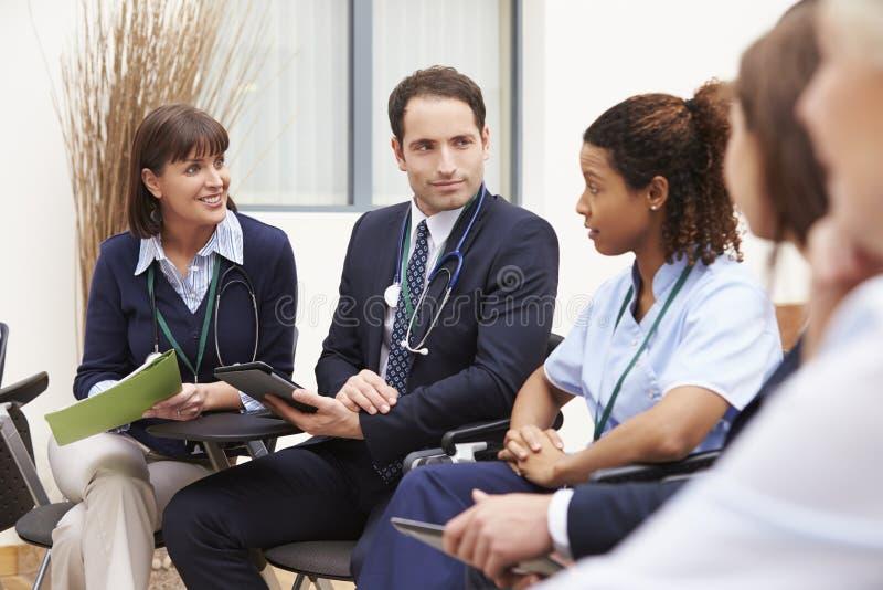 Medlemmar av den medicinska personalen, i möte tillsammans arkivfoton