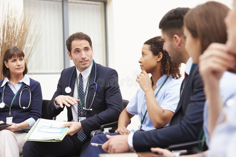 Medlemmar av den medicinska personalen, i möte tillsammans royaltyfri bild
