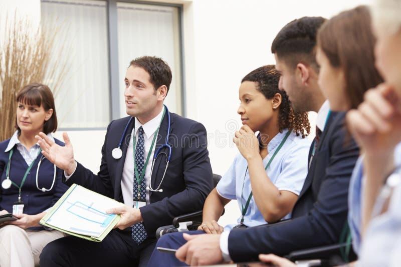 Medlemmar av den medicinska personalen, i möte tillsammans royaltyfria foton