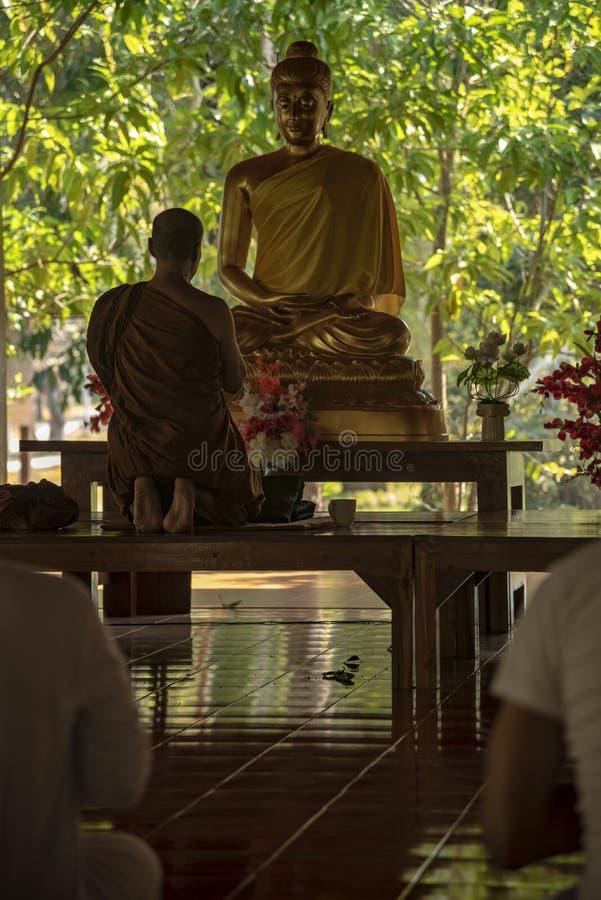 medling i ett buddistiskt tempel Thailand arkivfoto