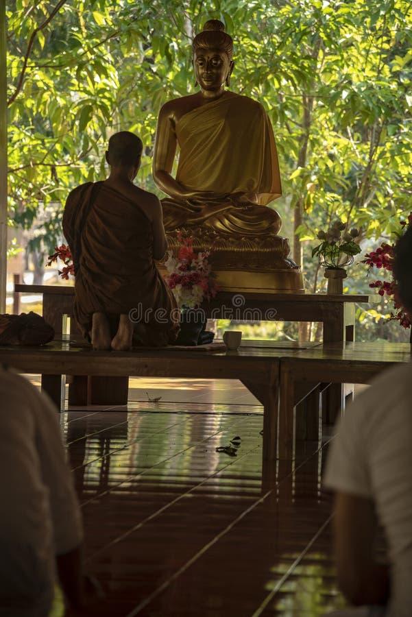 medling i ett buddistiskt tempel Thailand royaltyfria bilder