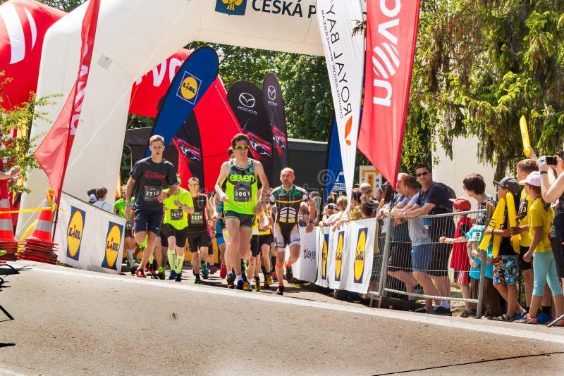 Medmänsklig körnings`-RunTour-Brno ` i fördämningområdet Kör för att stötta fundamentet för rullgardinen royaltyfria foton