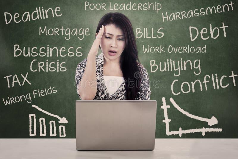 Medo bonito da mulher do débito e da crise imagem de stock royalty free
