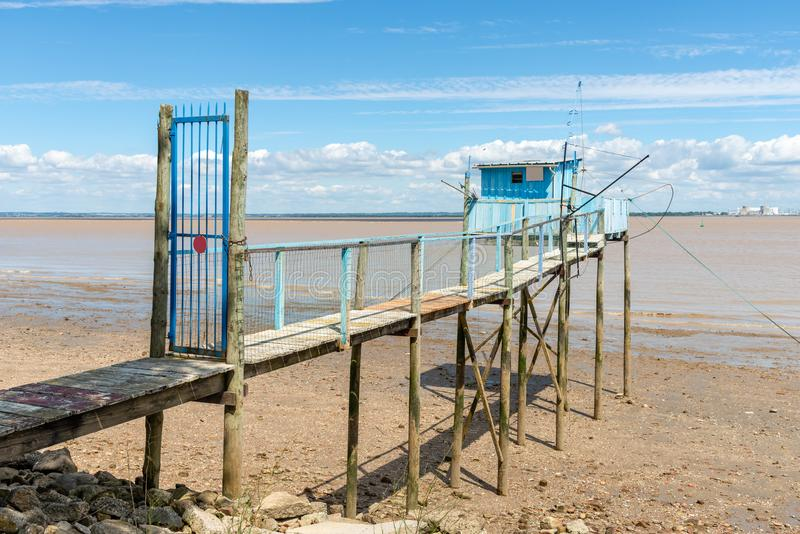 Medoc Gironde bred flodmynning, Frankrike Fiska kojor på styltor kallade carrelet arkivbild
