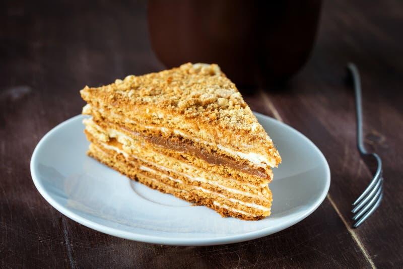 Medovik - gâteau de miel posé du plat blanc photographie stock libre de droits