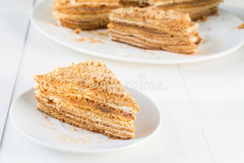 Medovik - płatowaty miodowy tort na bielu talerzu zdjęcie royalty free