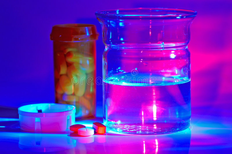 Download Meds foto de stock. Imagem de roxo, tabuletas, água, de - 60344