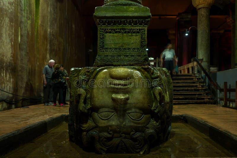 Medusa-Kopf im Basilika-Zisternen-versunkenen Palast in Istanbul, die Türkei stockfotografie