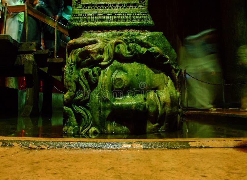 Medusaen haed i basilikacisternen, Istanbul, Turkiet arkivbild