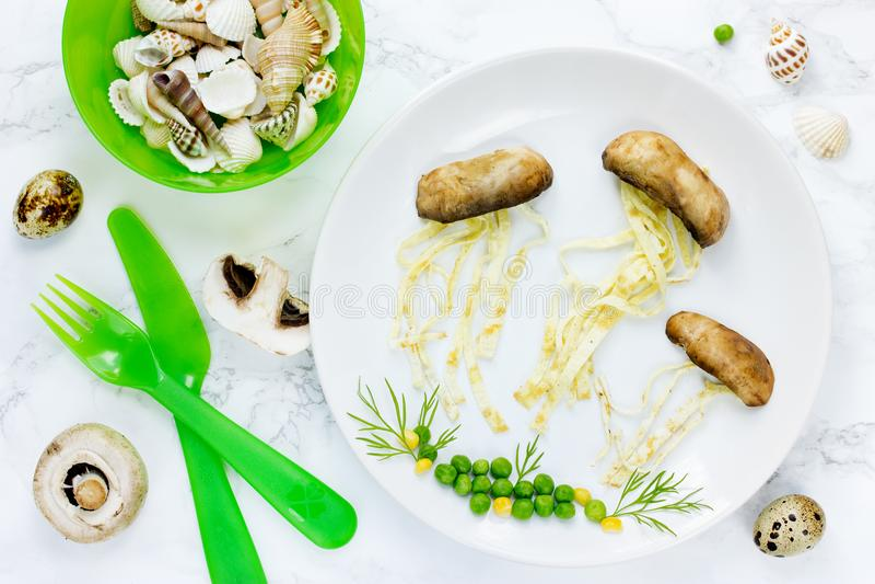 Medusas del huevo frito de la seta de la idea del arte de la comida fotos de archivo