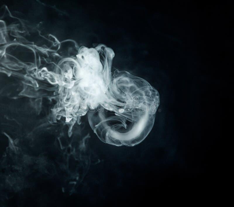 Medusas del truco de Vape en cierre negro del fondo para arriba imagenes de archivo