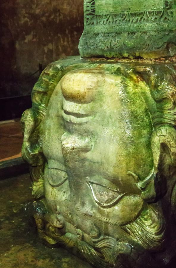 Medusaskulptur-Kopfsäule Basilika-Zisterne die Stadt von Istan lizenzfreie stockfotografie
