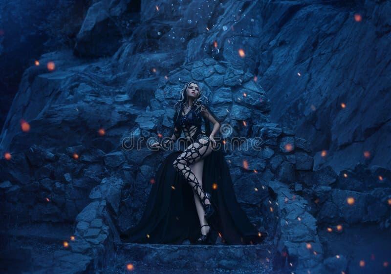 Meduza Gorgona okropni, seksowni stojaki na tle jego kamienny tron i fotografia stock