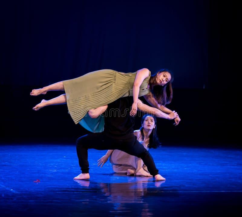 Medvetenheten av dockor 1-Act 5: Ingenstans som förlägger denmoderna dansen Dreamlan royaltyfri foto