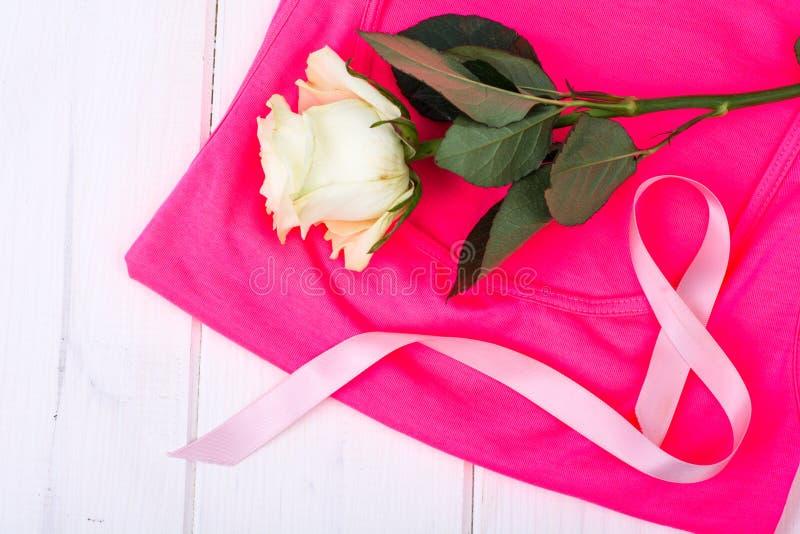 Medvetenheten av folk och kampen mot bröstcancer arkivbilder