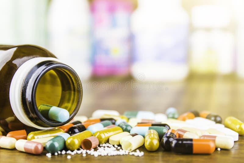 Medycyn kapsuły na drewnianym tle lub pigułki Lek recepta dla traktowania lekarstwa Farmaceutyczny medicament zdjęcie stock