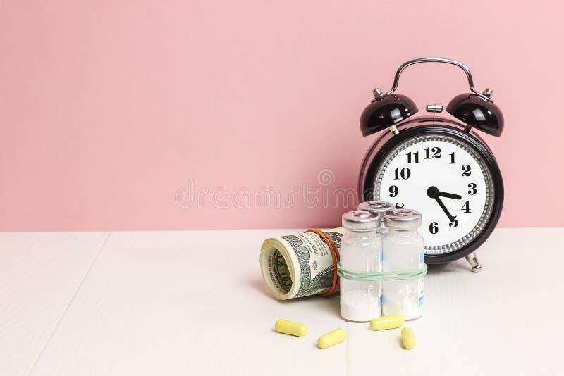 Medycyn pigułki lub kapsuły, witamina z pieniądze, dolar Medyczny lub apteko zdjęcie stock