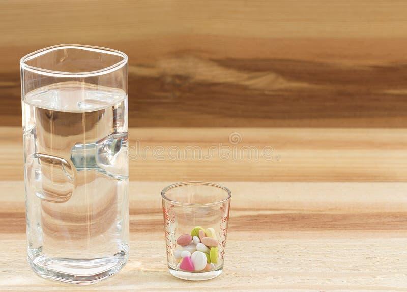 Medycyna i szkło woda na drewnianym tle fotografia royalty free