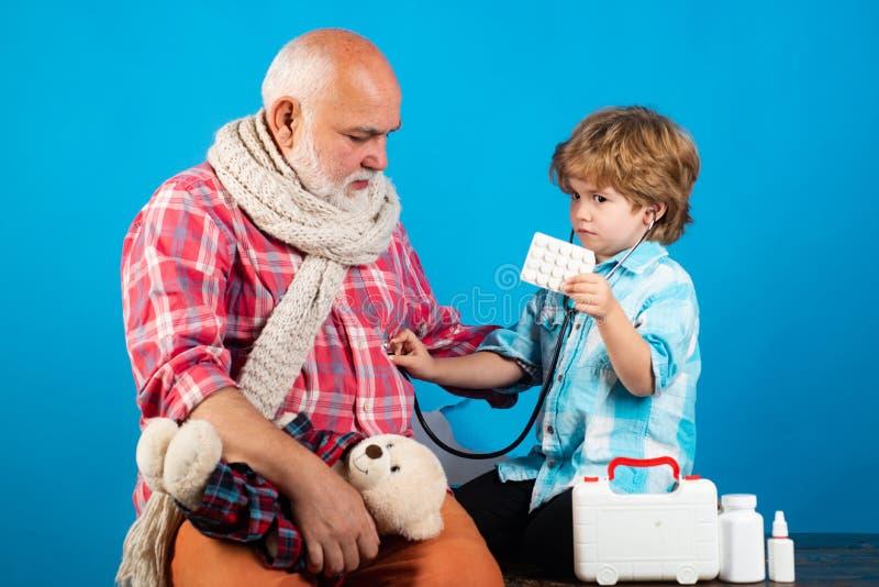 Medycyna i zdrowie. Mały lekarz używający stetoskopu fotografia royalty free