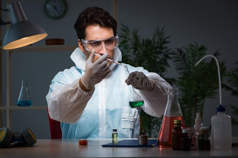 Medycyna leka badacz pracuje w lab zdjęcia stock